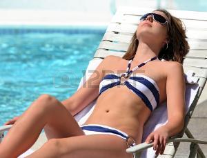 4723386-un-joven-bastante-chica-tomando-el-sol-en-la-piscina.jpg
